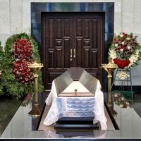 Венки траурные могут быть доставлены вам прямо к месту церемонии